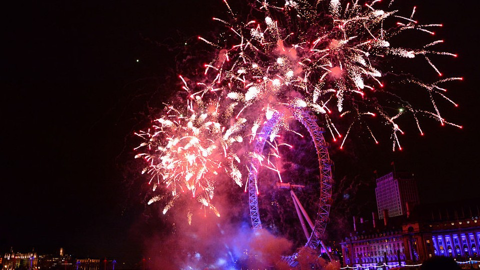 web_960x540 New_Years_2014_Fireworks_-_London_Eye CC BY 2.0 Clarence Ji Wikimedia Commons.jpg